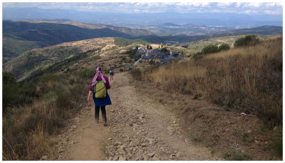 Walking down to the village of Acebo