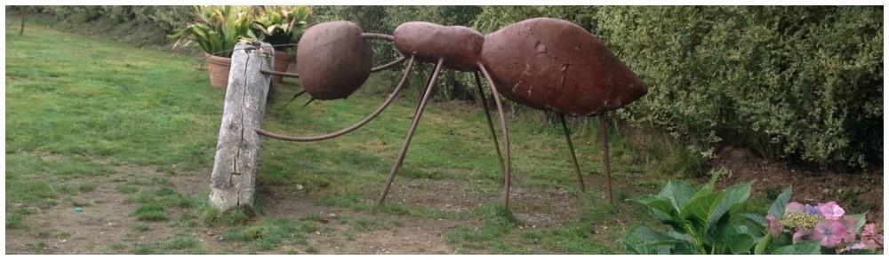 Ant statue between Ventas de Marón and Palas de Rei