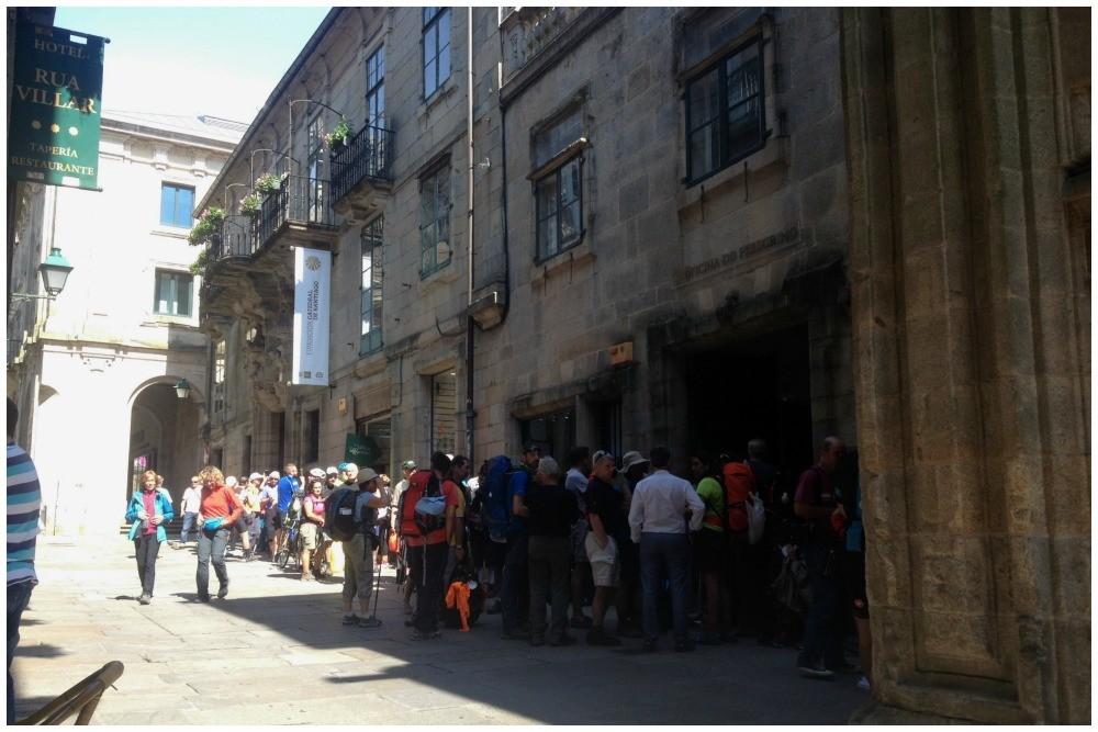 Long line of Pilgrims at the office de Pelegrino in Santiago