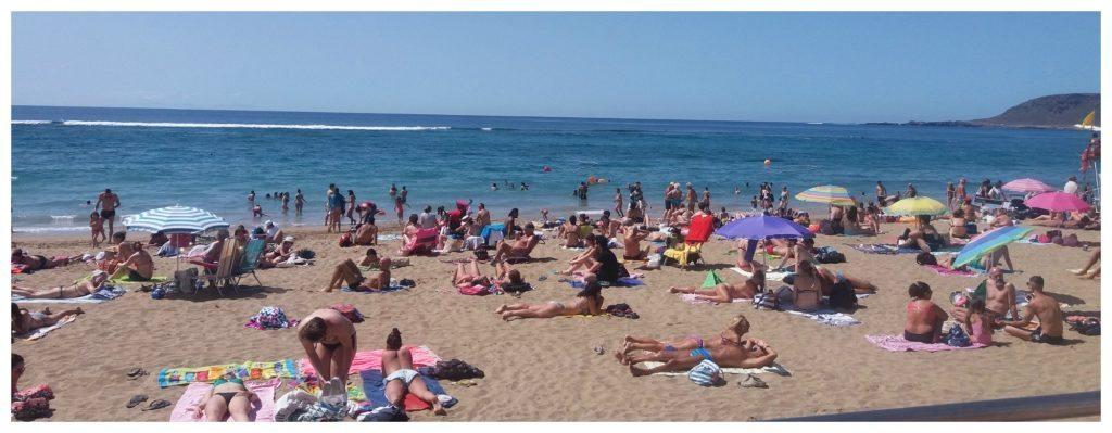 Busy beach life at Las Canteras